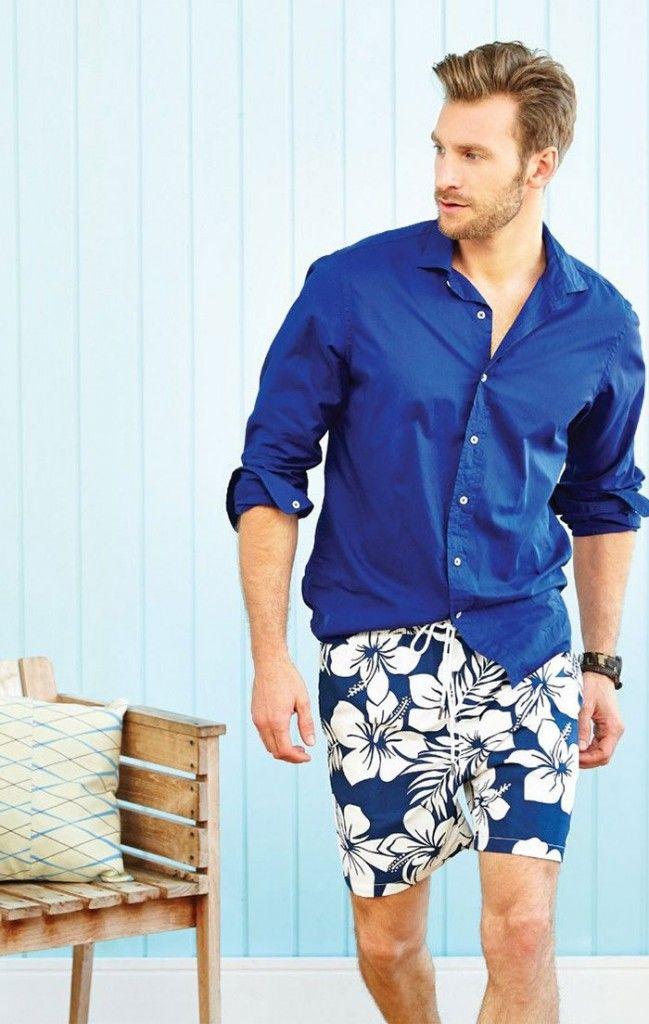 Outro exemplo de que as bermudas com estampas florais não são bregas como nós pensamos. O segredo está em saber combinar com a camisa ideal. O estilo ficou bem básico e incrível com este tom sobre tom em uma camisa de botão básica.
