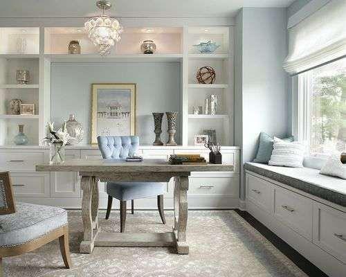 Idee per arredare l'ufficio di una donna - Tavolo grigio con poltroncine imbottite per un ufficio chic.