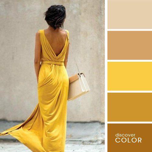 Chica usando un vestido de color amarillo mostaza con un bolso de color claro