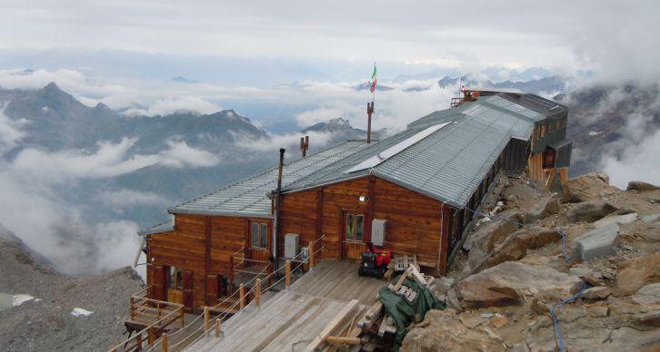 CAPANNA G. GNIFETTI - Si trova a 3647 m sulle rocce superiori dello sperone che separa il ghiacciaio di Garstelet dal ramo orientale di quello dei Lys.