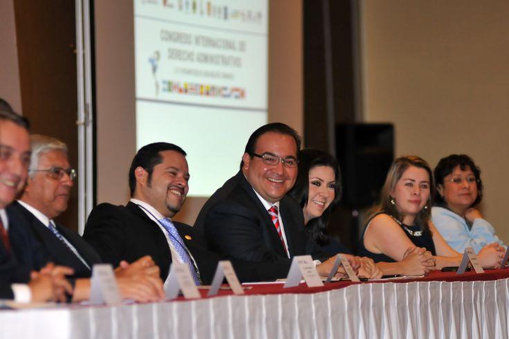 """Acompañado por integrantes de su gabinete, el gobernador Javier Duarte de Ochoa refrendó, este sábado, el compromiso total y absoluto de su gobierno con la legalidad y transparencia que, reiteró, """"son los ejes que guían nuestro actuar diario""""."""