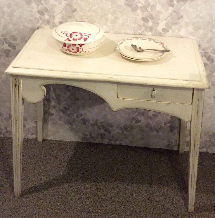 antiikkinen valkoinen puupöytä . korkeus 75 cm . leveys 85/93 cm . syvyys 48/46 cm . @kooPernu