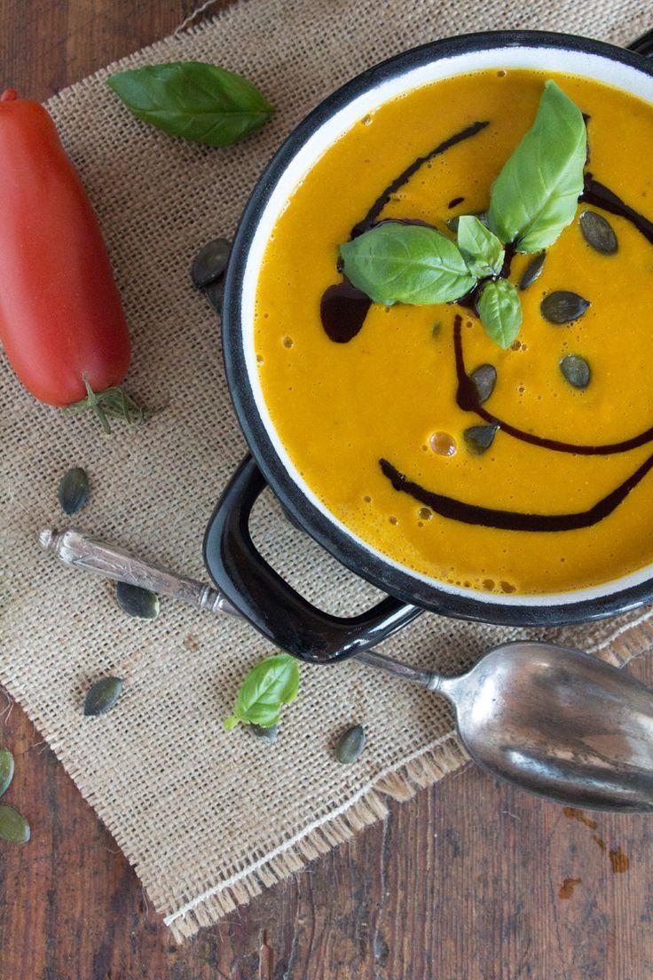 Rezept für eine aromatische Kürbis- und Tomatencremesuppe mit Kokosmilch, vegan und vegetarisch