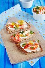 Leckere Sommer Schnitten für ein Picknick.  Ihr braucht dafür:        Frischkäse      Brot      ca. 10 eingelegte Pepperoni (mild oder scharf)      2 mittelgroße Tomaten      4 Lauchzwiebeln      100 g Fetakäse      etwas Olivenöl      Kräutersalz, Pfeffer