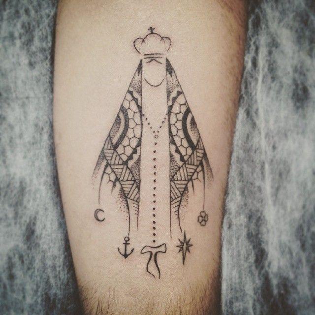 Nossa Senhora Aparecida em traços simples com um manto Maori e símbolos. O cliente tem q ser muito ...