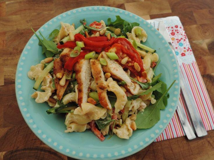 Mediterrane maaltijdsalade met kip, pasta en zongedroogde tomaten om even lekker bij weg te dromen in de achtertuin. Ook voor lunch of picknick.