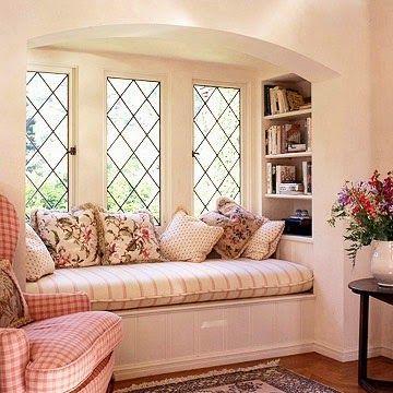 Nicho inspiração, banco janela, cantinho leitura, grade bonita, janela diferente, estante embutida, estante lateral