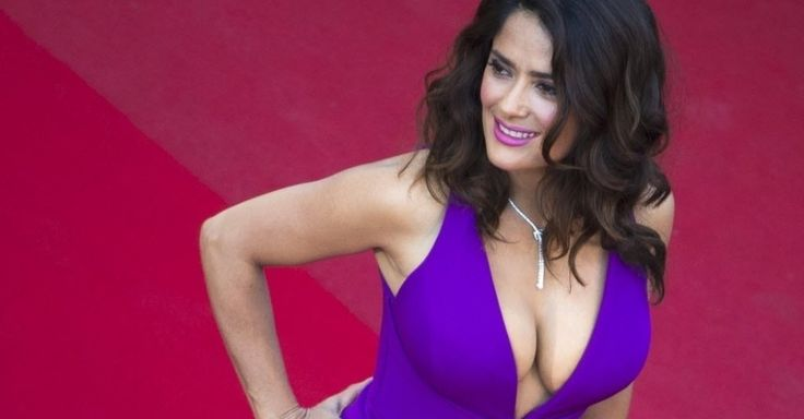 """Salma Hayek chamou a atenção com um vestido bem decotado ao passar pelo tapete vermelho antes da exibição do longa """"Carol"""", no Festival de Cannes"""