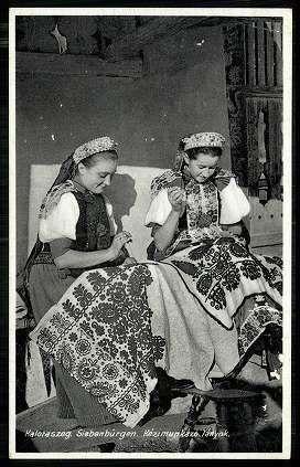 Kalotaszegi nagylányok kézimunkáznak.