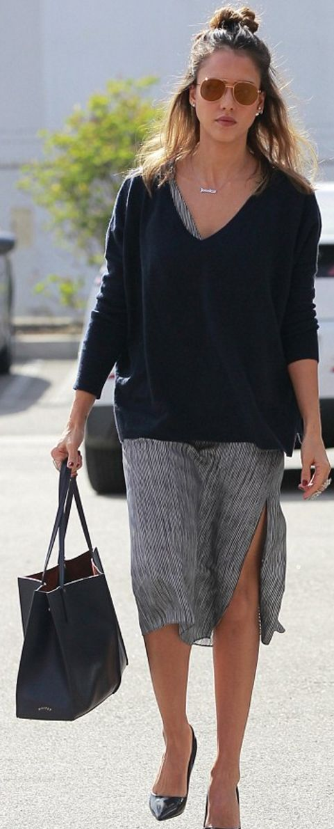 Who made  Jessica Alba's brown sunglasses, gold jewelry, and black tote handbag?