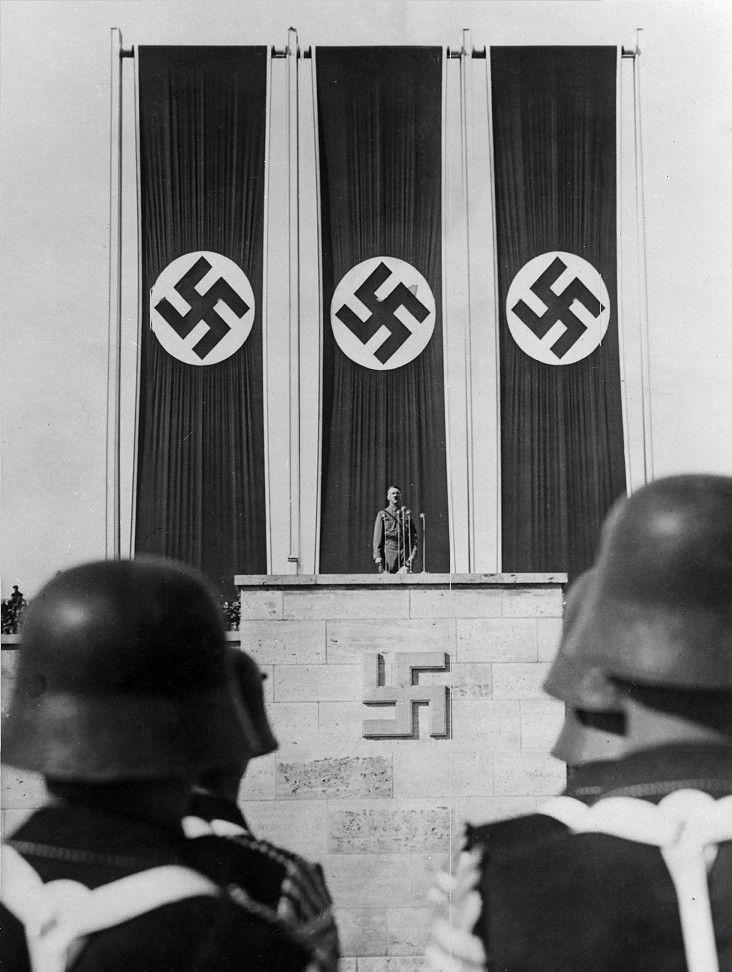 Adolf Hitler. - Unity Valkyrie Mitford formed part of Hitler's inner circle of friends. - Unity Valkyrie Mitford faceva parte della stretta cerchia di amici di Hitler.