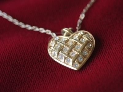 Collar de Oro Rojo con diamantes Collar de oro rojo 585 y oro amarillo, con 40 diamantes que cubren el relicario. Peso: 20 gr Precio: 18,084.35 MXN