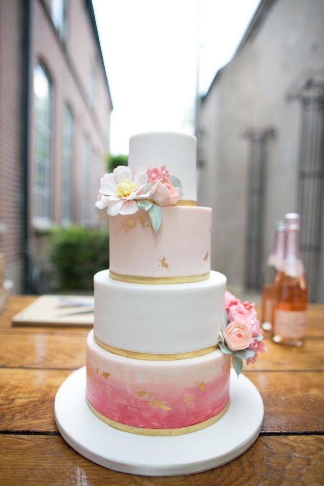 Wedding cake, weddingcake, Peach, blush, coral. Credit: Masha Bakker Photography - koffie, geen persoon, cup (container), crème, taart, thee (drank), tafelsuiker, chocolade, eten, huwelijk (ritueel), melk (drank), kaars, drank