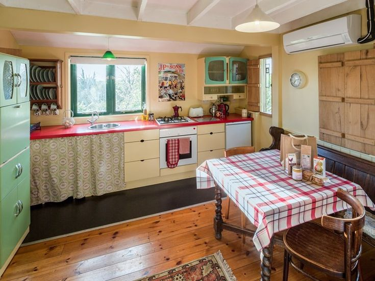 Pups will love this cosy kitchen with retro touches. Dog friendly holiday cottage UK #dogfriendly #holidaycottage #dogs