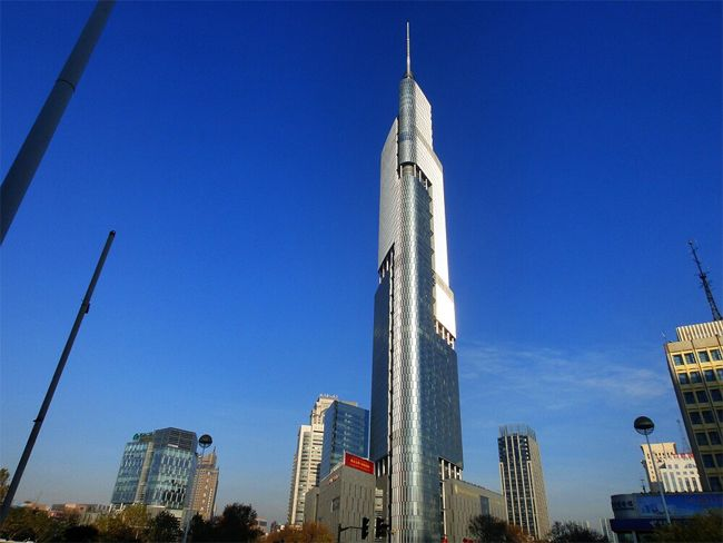 Zifeng Tower//Il est situé à Nanjing, en Chine.