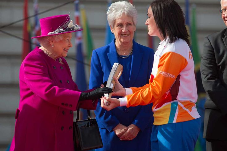 Anna Meares OAM receiving the Baton from the Queen