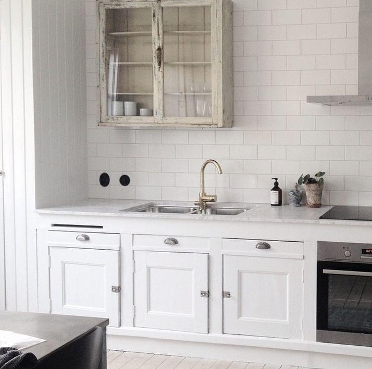 Älskar det gamla skåpet med marmor och vitt kakel