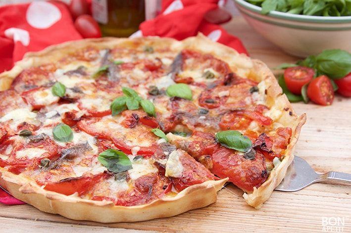 Geweldige tomatentaart, is nog lekkerder dan die uitziet! Heerlijk met zelfgemaakte gedroogde tomaten. Wil jij ook smullen van deze taart? Kijk op BonApetit
