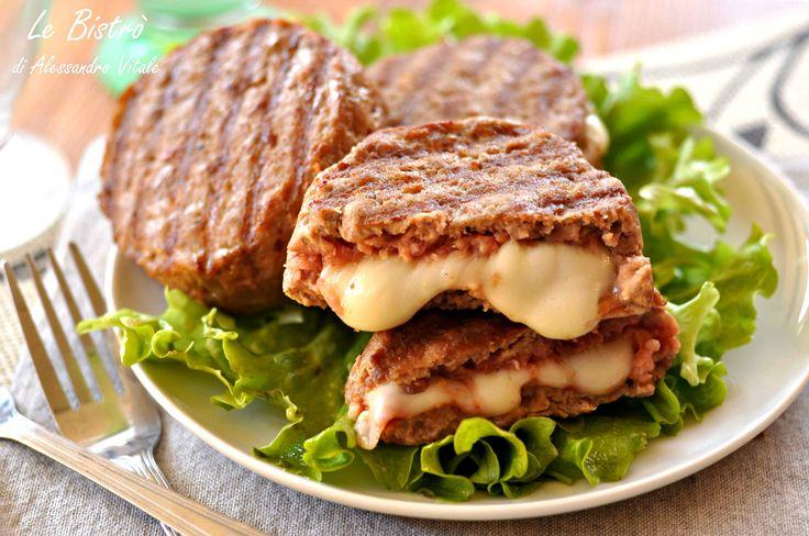 Gli hamburger farciti sono un ottimo secondo piatto sfizioso, sono un piatto diverso dal solito hamburger allora questa ricetta fa al caso vostro.