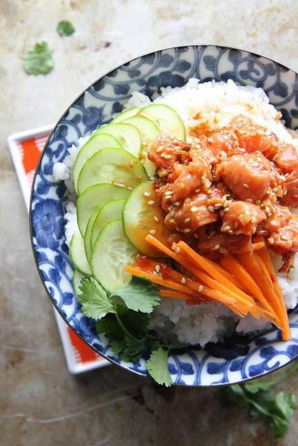 Poke bowl de saumon épicé Cubes de saumon Riz blanc Concombre Carottes Avocat Coriandre Sauce soja Vinaigre de riz Sauce chili Huile de sésame Gingembre haché Graines de sésame