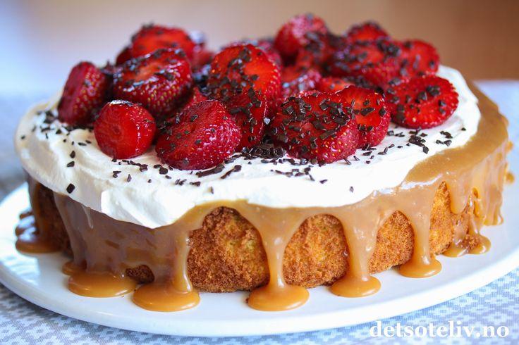 På lyse sommerdager er det hyggelig å sette frem en nydelig sommerkake! Denne kaken består av en myk mandelbunn som dekkes med hjemmelaget karamellsaus og pisket krem. Mandelbunnen blir lys og myk fordi den lages med såkalt ekte marsipan (også kalt råmarsipan), som er marsipan med ekstra høyt mandelinnhold. Kaken pyntes med søte, rødejordbær og mørk sjokolade. Deilig!