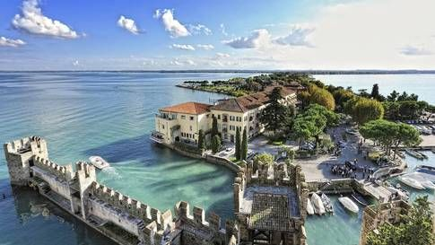 sirmione. Den lilla medeltida staden Sirmione i den södra delen av Gardasjön är ett populärt stopp. Sedd från båten ser den nästan ut som ett Venedig i miniatyr. Foto: THINKSTOCK