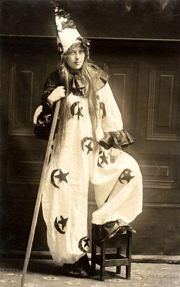 Vintage Halloween in 1910 (Vintage Images, Alamy)