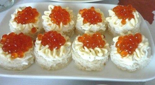 Закусочные мини-бутерброды с красной икрой и сыром / Простые рецепты