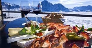 tagliere di speck accompagnato da un buon vino tipico della Val Gardena