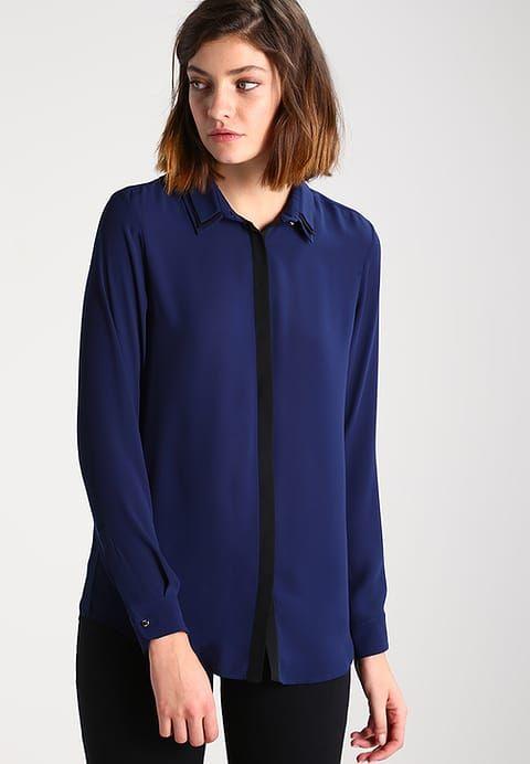 Stil in Nürnberg | Farbberatung | Typberatung Bluse marine Dandy Hemdkragen abgesetzte Knopfleiste Längsbetonung