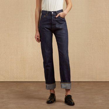 Levi's® Vintage Clothing 1950's 701® är de första femficksjeansen som skapats särskilt för kvinnor. De introducerades först 1939 i en fotosession för Vouge som skildrade en