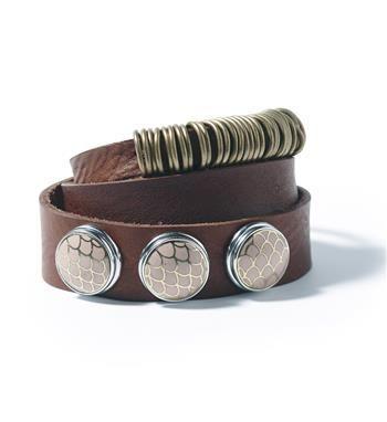 Noosa Amsterdam double wrap Nivkh-armband. Deze bracelet is gemaakt van 100% leer en metalen ringetjes. Je kunt de armband drie keer om je pols slaan. Je sluit de armband met behulp van een pin. De metalen ringetjes zijn geïnspireerd op de kleding van het inlandse Nivkh-volk dat vlak bij het Russische eiland Sachalin leeft. Op de double wrap Nivkh armband kan je 3 NOOSA-Amsterdam Chunks bevestigen - Donkerbruin - NummerZestien.eu