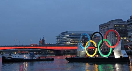Los anillos olímpicos navegan por el Támesis #Londres2012 #London2012