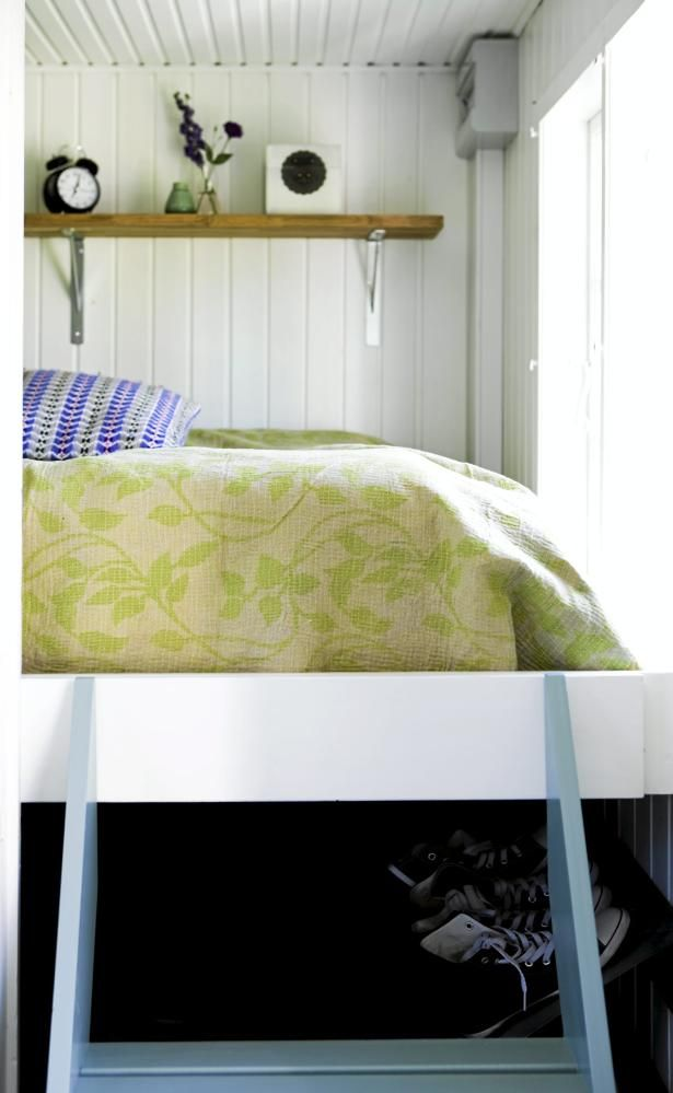 Sengen er bygget inn i den ene delen av brakka, og er hevet en meter over gulvet. En trapp med fire trinn gjør det enkelt å krype i seng. Denne sengeløsningen har bidratt til ekstra oppbevaringsplass under sengen.
