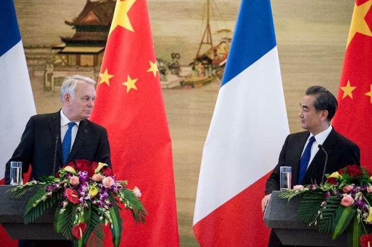 Los ministros de Relaciones Exteriores de China, Wang Yi (d), y Francia, Jean-Marc Ayrault, ofrecen una rueda de prensa en Pekín el 14 de abril de 2017