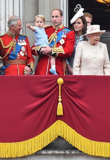 Książę Jerzy, księżna Kate, książę William, królowa Elżbieta, książę Karol