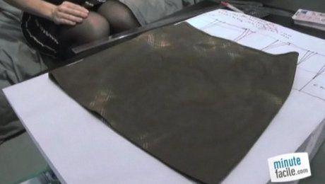 Passioonnée de couture, vous ne jurez que par les jupes faites de vos propres mains? Evasé, portefeuille, crayon, plissé, tulipe, asymétrique, droite, bustier... vous avez déjà essayé tous les modèles? Seulement, vous ne savez coudre que pour vous et vous voulez donner un patron à votre copine? Dans cette vidéo, Anne-Sophie Toniazzi du stand ALittleMarket et créatrice de la marque «Anne-Sophie Toniazzi» vous montre la technique pour faire un patron de jupe facile. Prévoyez une grande…