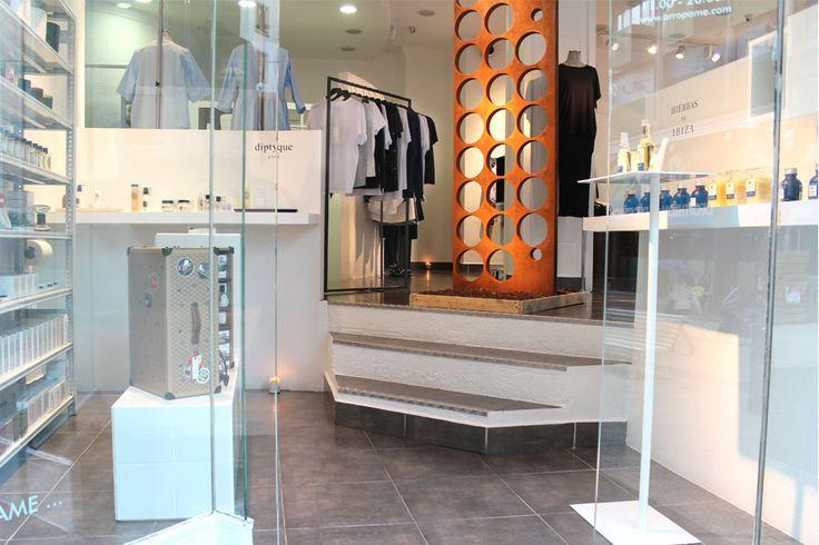 Nuestra concept store se transforma una vez más con la obra del artista bilbaíno Pedro de la Rica. El resultado: arte y moda se hacen un todo hasta el 17 de junio junto a nuestras colecciones SS16. arropame.com/... #arropame #conceptstore #bilbao #ss2016 #JamesPerse #AlexanderWang #HelmutLang #LeborGabala #IrieWash #Motherdenim #currentelliott #ArteAquiYAhora #arte #fashion #moda