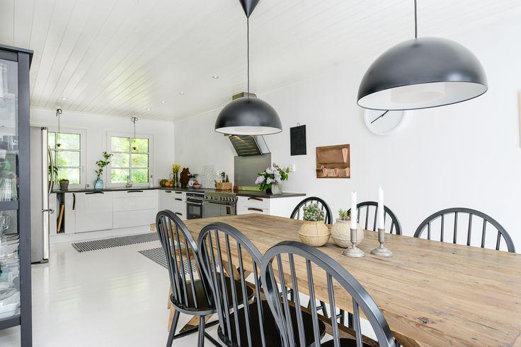 Köket på Slingervägen 43 i Haverdal, Halmstad. Stolarna är så snygga till det bordet!!