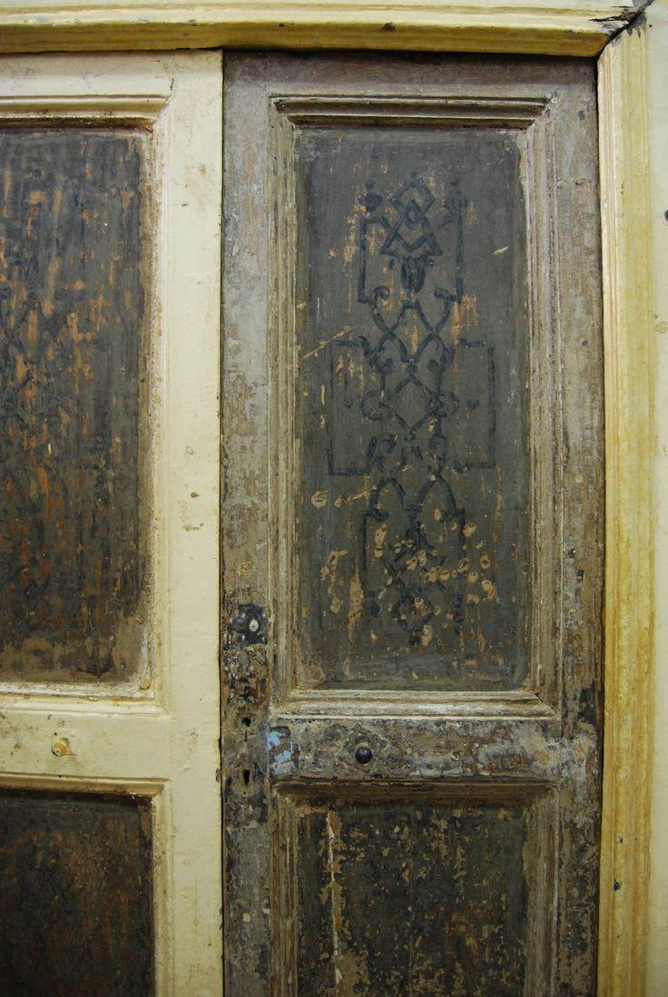 Porta di periodo neoclassico di transizione. I pannelli hanno disegni di derivazione geometrica all'interno dei quali sono inseriti dei motivi più vivaci.