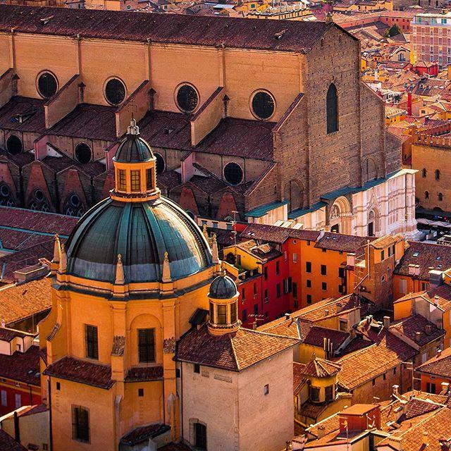 Bologna ❤️ In tutto il suo splendore. Sono curioso di sapere da voi cosa vi piace di più di Bologna? ⋅ ⋅ #autumn #nikon #sunset #emilia #bdteam #bologna  #nikonitalia #emiliaromagna #italy #italia #vscocam #igersitalia #ig_italy #instaitalia #italian_places #ig_italia #italian_trips #italy_vacations  #igworldclub #ig_europe #ig_europa  #topeuropephoto #europe_vacations #cbviews #ig_world_colors  #Main_Vision #worldplaces  #theworldshotz #kings_villages  #travellingthroughtheworld