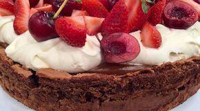 Torta sin harina de chocolate, dulce de leche y frutillas