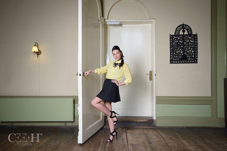 Gele blouse en zwarte plooirok  Yellow blouse and a pleated black skirt