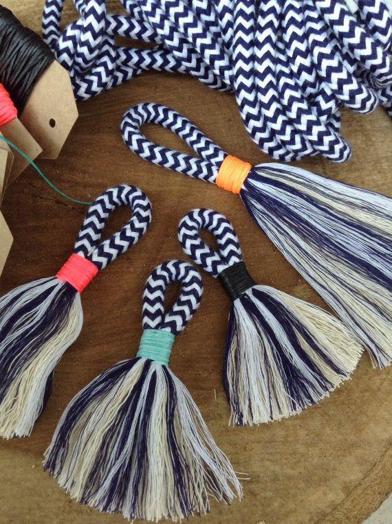 DIY borlas fabricación de Kit y las instrucciones. Hacer tus propio mini o grandes borlas con cuerda de algodón azul marino y blanco y encerado hilo de neón. Bloque borlas de color en cada tamaño para decorar, accessorising, artesanía y más. Tienen montones de diversión conseguir adicto a hacer sus propias borlas. es tan rápido y fácil de hacer cuando tengas todos los materiales adecuados y un buen conjunto de instrucciones. Te damos a una guía paso a paso para que usted puede terminar con…