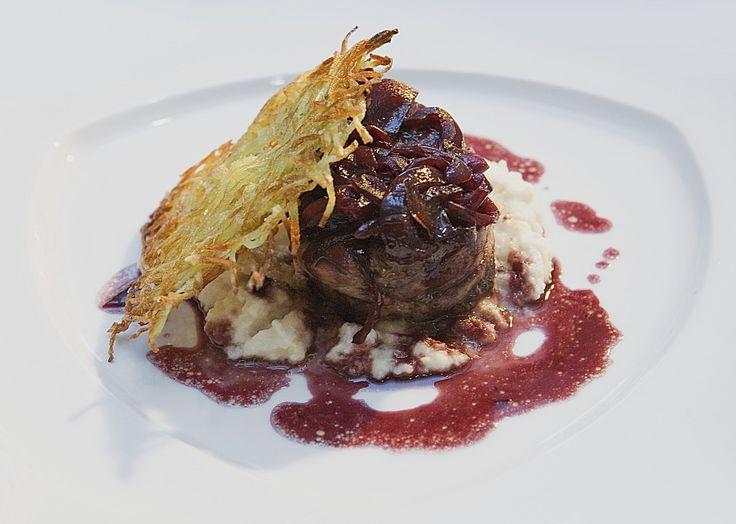 Rinderfilet in Rotweinsoße mit Selleriepüree und Rösti, ein raffiniertes Rezept aus der Kategorie Gemüse. Bewertungen: 92. Durchschnitt: Ø 4,4.