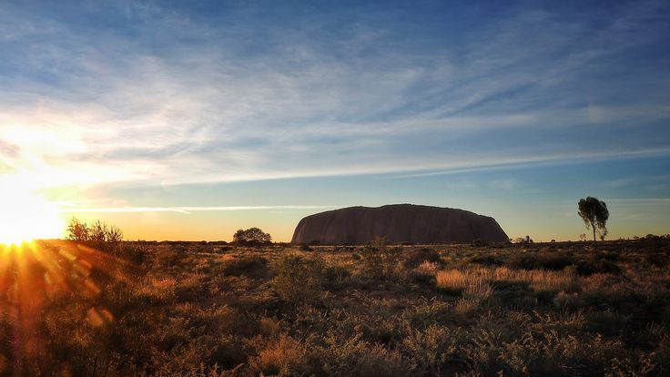 Le rocher d'#Uluru (Ayers Rock), en plein cœur de l'#Australie : un site sacré pour les #aborigènes.
