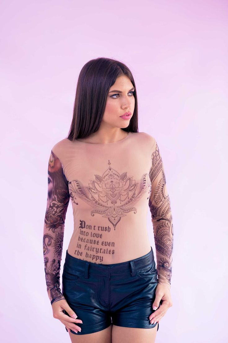 Bodysuit-ul de dama Mineli Tattoo din pânză cu imprimeuri cool și originale, vor completa perfect…