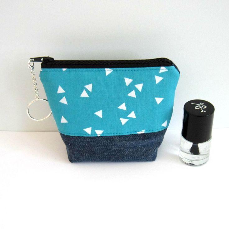 Porte-monnaie à fond plat en jean's recyclé et coton turquoise triangles blancs, mini trousse : Porte-monnaie, portefeuilles par melkikou-upcycling
