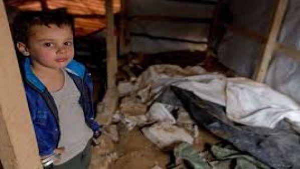 Rezim Asad memaksa ribuan orang dari pedesaan Homs menjadi pengungsi  HOMS (Arrahmah.com) - Sekitar 800 keluarga dari desa Qazhal dan Um Al-Kasab di barat kota Al-Dar Al-Kabira di pedesaan utara Homs terpaksa melarikan diri dari rumah mereka ketika pasukan rezim Nushairiyah pimpinan Bashar Asad memperketat blokade terhadap wilayah tersebut dan memaksa penduduk untuk keluar dari sana.  Dewan lokal di kota Al-Dar Al-Kabira telah meluncurkan seruan mendesak untuk merespon kebutuhan para…