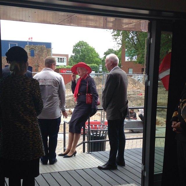 Dronningen tager sig et hvil ved infoboksen inden det går videre på turen rundt i Odense.  Fra @fragadetilby på instagram.